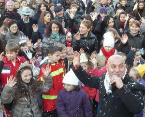 Stefano Venneri con i bambini mascherati