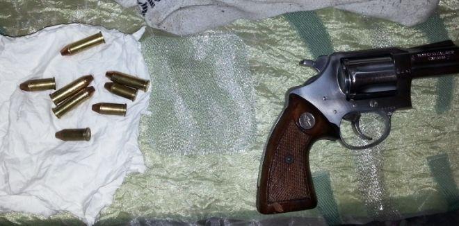 La pistola e i proiettili sequestrati