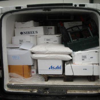 Il furgone e la merce sequestrata. E' evidente il cattivo stato di conservazione dei cibi