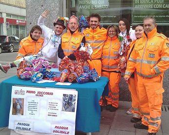 Nella foto i volontari dell'Avis di Valenza e quelli del Clown Marameo.