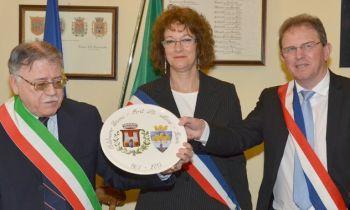 Scambio di doni fra i tre sindaci di Castelnuovo, Bazens e Port Saint Marie