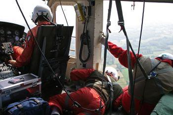 i Vigili del Fuoco  in azione sull'elicottero
