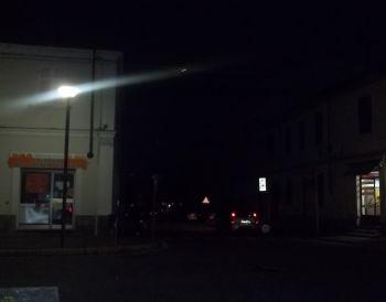 Via Emilia illuminata, a fianco sulla destra però c'è via Cuniolo al buio....