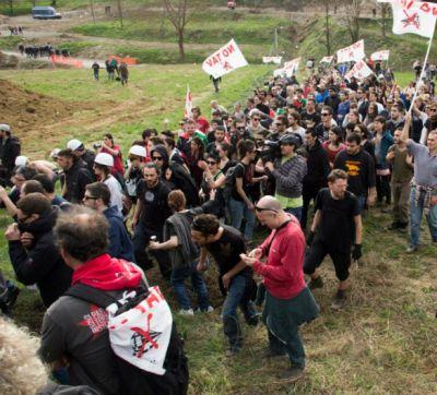 I manistanti in azione (foto www.notavterzovalico.info)