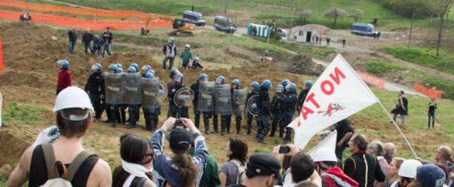 Polizia in assetto anti sommossa (foto www.notavterzovalico.info)
