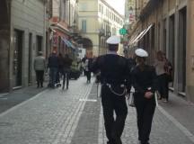 Rumeno a torso nudo semina il panico a Tortona e picchia una donna, arrestato dai Vigili Urbani