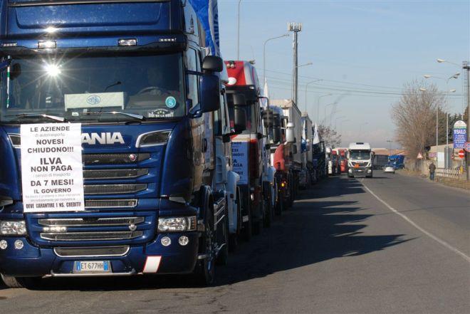 I camion  fermi sulla statale <alla periferia di Novi per protesta - Foto Dino Ferretti