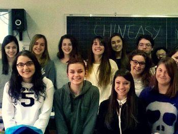 Alcuni alunni del Peano insieme alla giovane insegnante