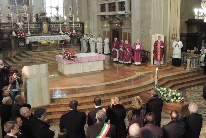 Il vescovo Vittorio Viola officia la cerimonia