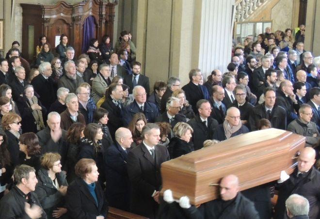 Il feretro di Guido Ghisolfi entra in chiesa