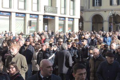 Folla fuori dalla chiesa