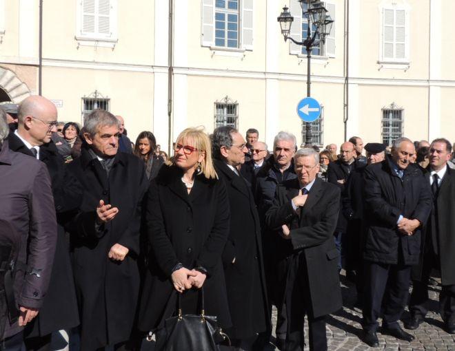 Autorità in attesa sul sagrato