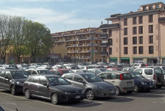 Vuoi lasciare l'auto sulle strisce bianche a Tortona? Paga due euro al parcheggiatore abusivo in piazza Allende!