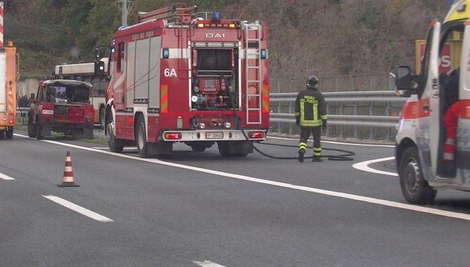 Schianto sull' A/26 vicino a Casale, muoiono due uomini di 50 e 67 anni, autostrada chiusa per 2 ore