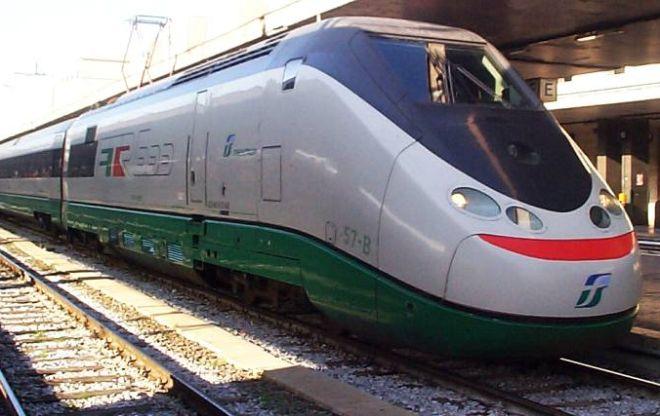 Lanciano sassi sul treno in corsa e spaccano un finestrino, il convoglio costretto a fermarsi a Voghera