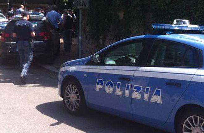 A Voghera un giovane molesta due giovani e poi picchia i poliziotti, agli arresti domiciliari