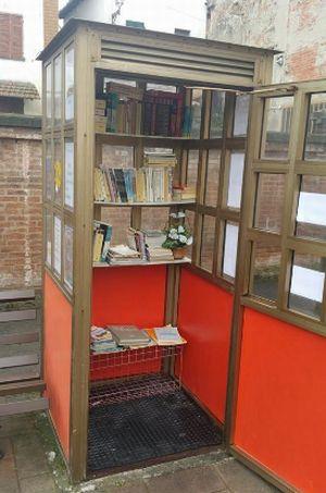 Nella foto la cabina trasformata in book sharing e l'ideatore Daniele Mugnai