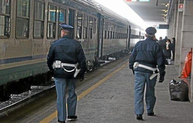 Due giovani ragazzi italiani rompono un vetro sul treno a Novi Ligure, individuati e denunciati