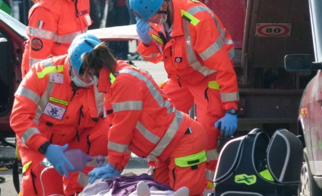 Cinquantenne cade dagli scogli a Ventimiglia, soccorso dal 118, ma è grave.