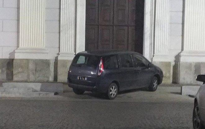 A Tortona si parcheggia così, davanti alla porta del Duomo