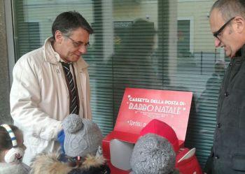 """Gli alunni della scuola d'infanzia """"De Amicis"""" di Alessandria hanno imbucato le letterine a Babbo Natale"""