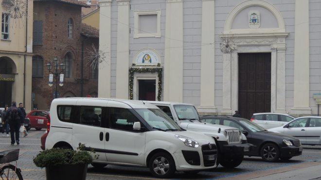Auto in piazza Duomo