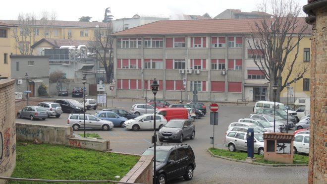 Il parcheggio del Loreto dovrebbe essere interdetto al traffico.....