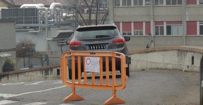 Un 'auto entra nel parcheggio anche se non può