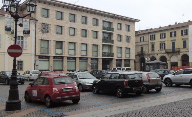 Piazza Duomo piena di auto, ma no c'era il blocco? Ah no, scusate forse sono tutte di medici in servizio, elettriche o gpl....