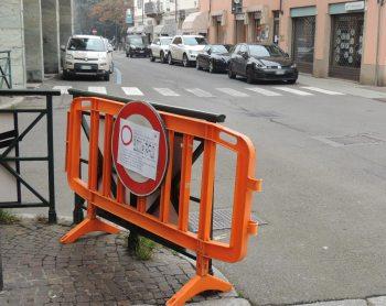 Qualcuno ha spostato il cartello del blocco e le auto sono entrate in piazza Duomo