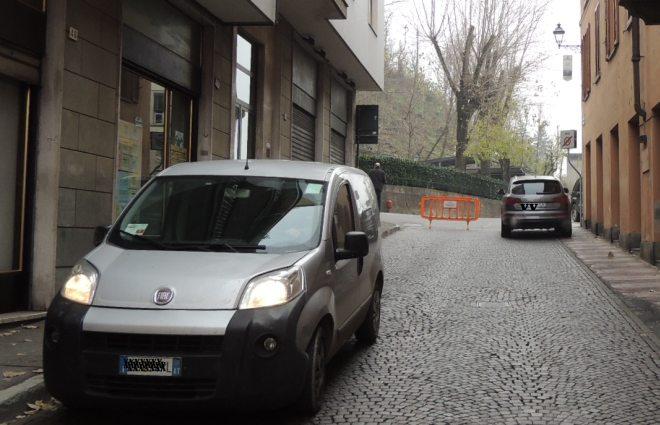 L'auto arriva da Asti, guardate la targa: ma non sanno leggere i cartelli?