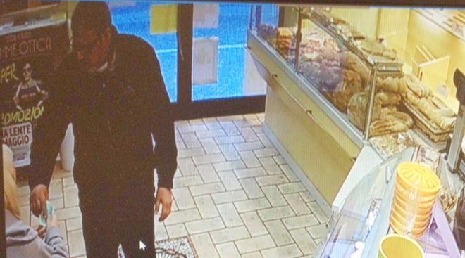 Tortona, la foto del falso prete ripresa dalle telecamere della panetteria truffata