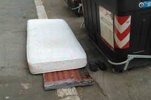 Donna tortonese sorpresa mentre abbandona un materasso in strada