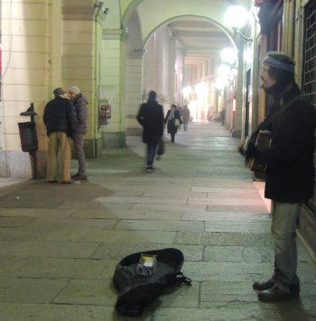 Natale 2015: un artista di strada canta a nesuno
