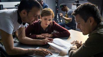 Il regista spiega una scena ai due protagonisti