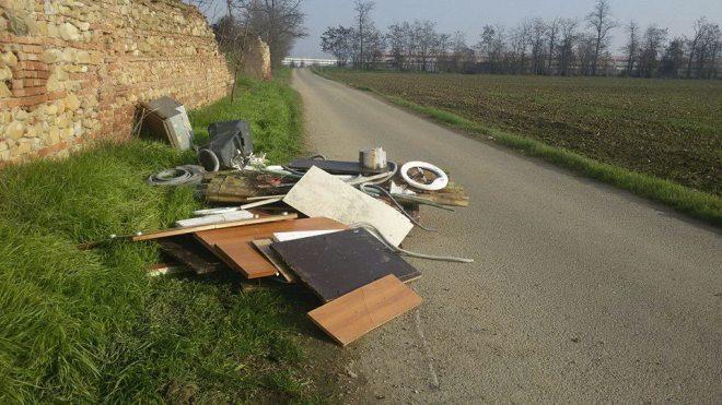 Rifiuti sulla strada alla periferia di Tortona, ma invece di raccoglierli cintano la zona