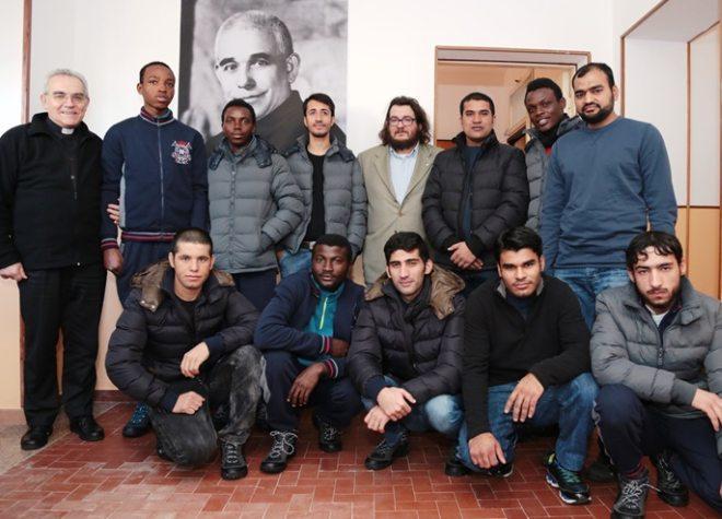 Le immagini dei 13 profughi nell'immobile delle ex Suore cieche a Tortona, però sorgono dubbi