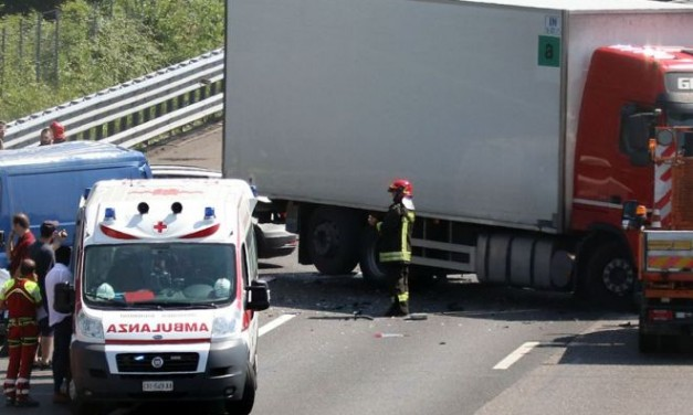 Pontecurone, si rovescia un camion di arance disagi e traffico rallentato sull'Autostrada