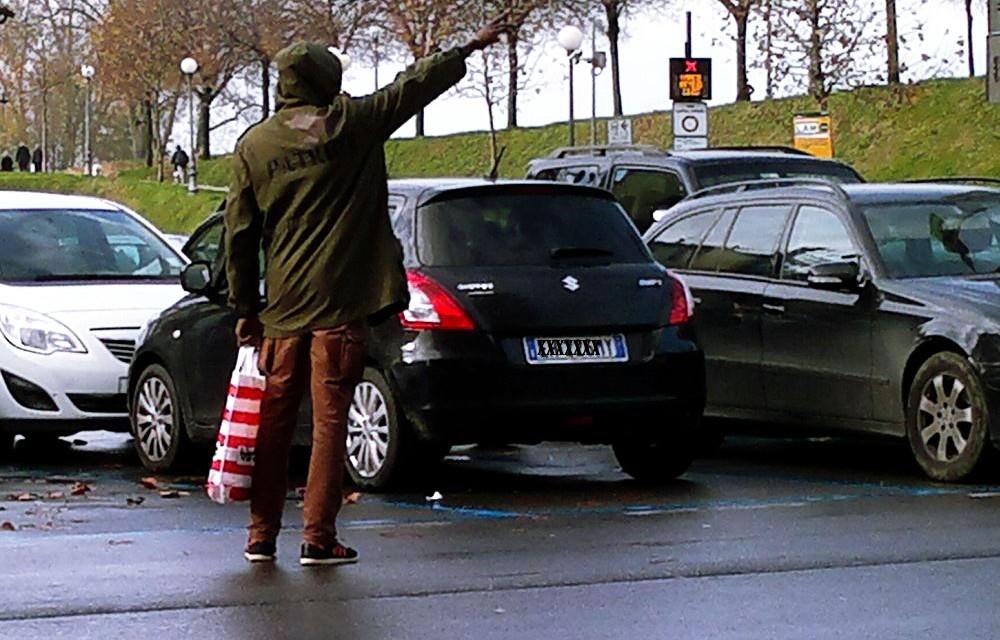 A Tortona un nordafricano insegue le donne chiedendo insistentemente soldi davanti al supermercato