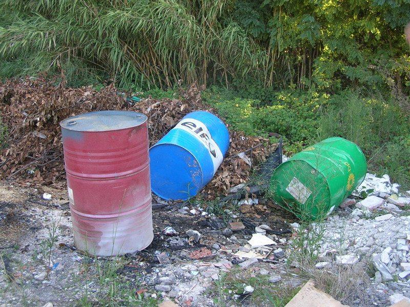 Bidoni con sostanze tossiche e inquinanti nel Tortonese, il Governo non interviene perché….