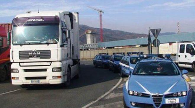 Profughi scoperti dentro un camion dalla polizia stradale, trasferiti a Tortona