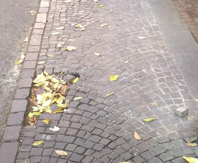 Porfido sconnesso e pericoloso vicino a piazza Duomo a Tortona. Le immagini