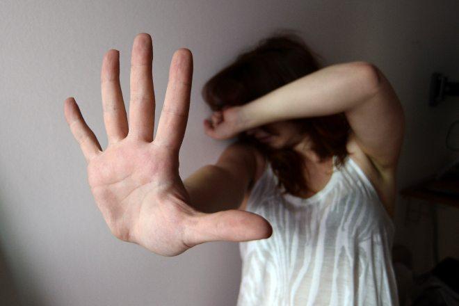 """Picchia una donna e la minaccia """"Devi stare con me, se vai dalla Polizia ti uccido"""" ma viene arrestato a Casale"""