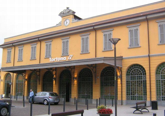 La stazione di Tortona è più sicura: firmato il protocollo contro i vagabondi che dormivano nella sala d'aspetto e per l'installazione delle telecamere