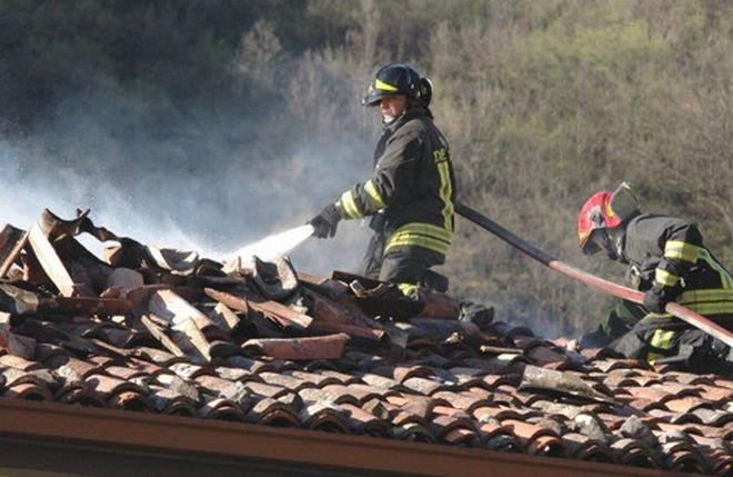 Fiamme in una villa a Casalnoceto, intervengono i pompieri