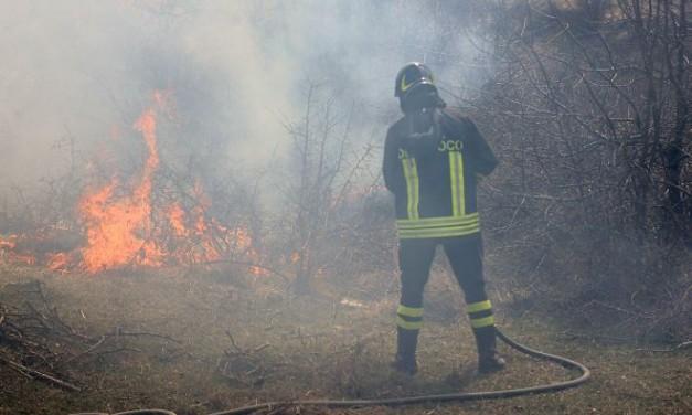 Fiamme in una cascina a Castelnuovo Scrivia, i Vigili del Fuoco lavorano oltre 6 ore per avere ragione dell'incendio