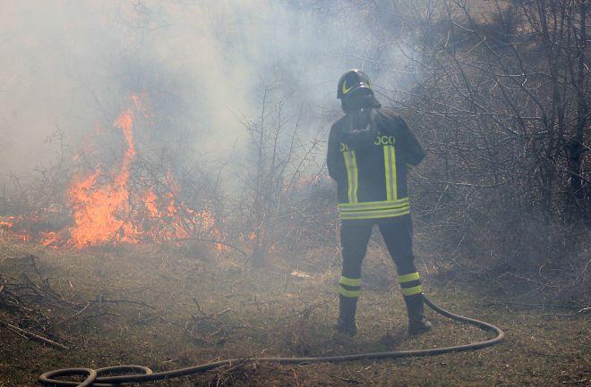 Brucia un campo a Torrazza Coste, i pompieri lavorano due ore per domare le fiamme
