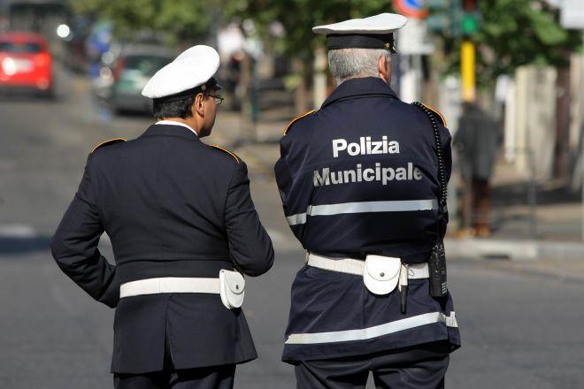 Una bambina abbandonata a scuola a Novi Ligure, il padre in evidente stato confusionale, interviene la Polizia Municipale e…