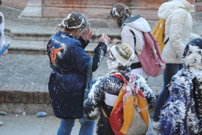 Tortona, per Carnevale il sindaco vieta manganelli, farina, fialette, petardi, schiuma da barba e altro