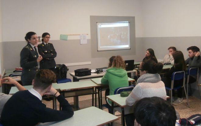 La Guardia di Finanza di Voghera incontra gli studenti